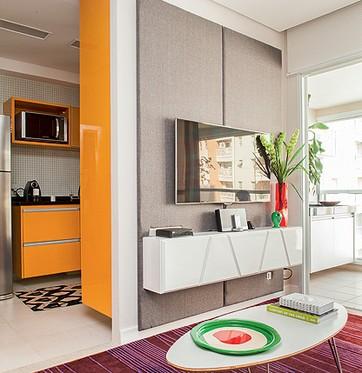 Na sala de estar, o espaço pequeno foi resolvido pelo rack estreito e suspenso, com porta basculante. Projeto de Andrea Lucchesi e Carolina Razuk (Foto: Lufe Gomes/Casa e Jardim)