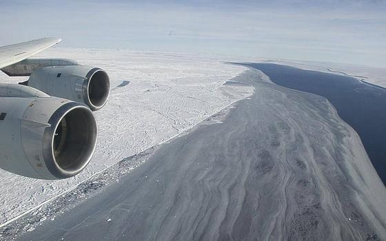 Imagem feita por avião mostra onde a plataforma de gelo Larsen C na Península Antártica encontra o mar aberto (Foto: Nasa)