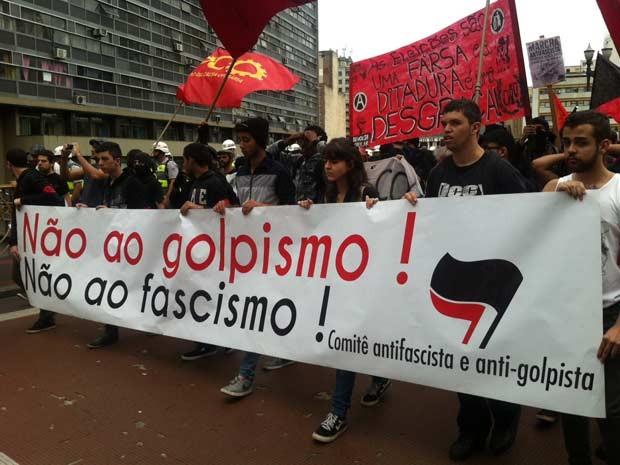 Grupo antifascita sobre o Viaduto Santa Ifigênia (Foto: G1)