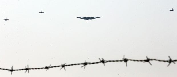 Aeronaves dos EUA fazem exercício militar na Coreia do Sul (Foto: Sin Young-keun/Reuters)