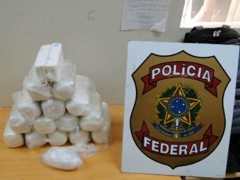 Droga estava escondida em um fundo falso no tanque de combustível do carro (Foto: Polícia Federal / Divulgação)