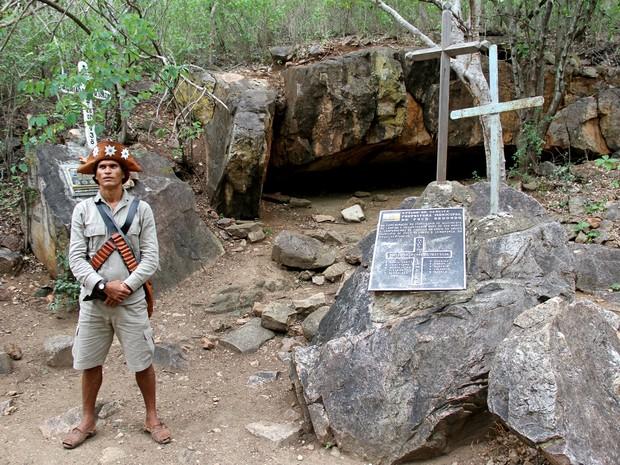Grota de Angico, local onde o grupo de Lampião foi emboscado, é marcado por uma cruz (Foto: Waldson Costa/G1)