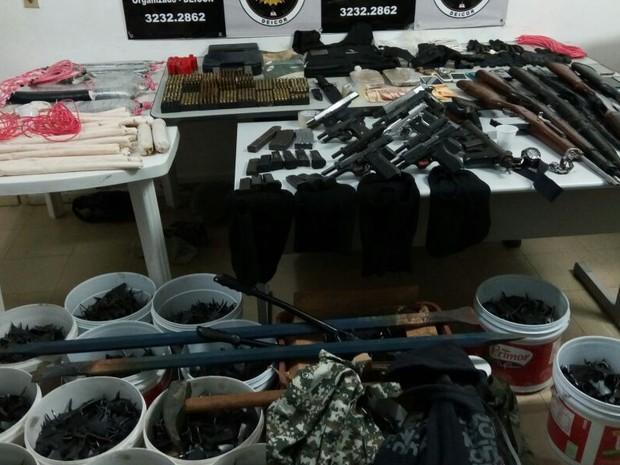 Fuzis, pistolas, submetralhadora, drogas e explosivos foram apreendidos (Foto: Divulgação/Polícia Civil)
