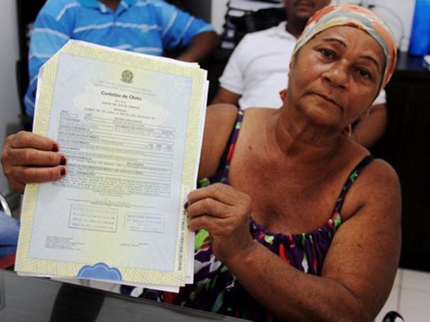 Luzia mostra o próprio atestado de óbito, que informa sua morte em 2003, em São Paulo (Foto: Raimundo Mascarenhas/Calila Noticias)