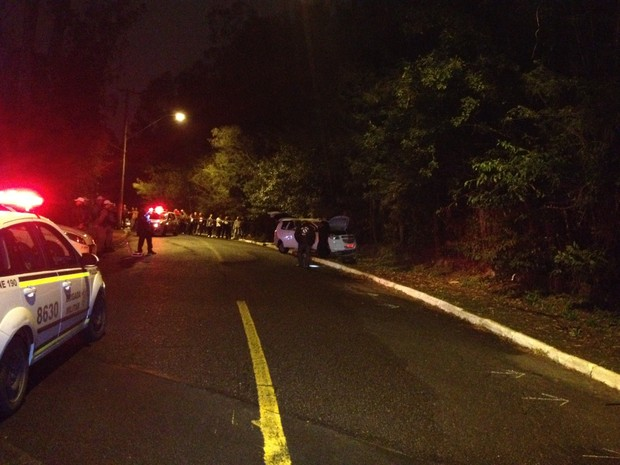 Local foi isolado pela perícia, que buscava vestígios no carro (Foto: Luciane Kohlmann/RBS TV)