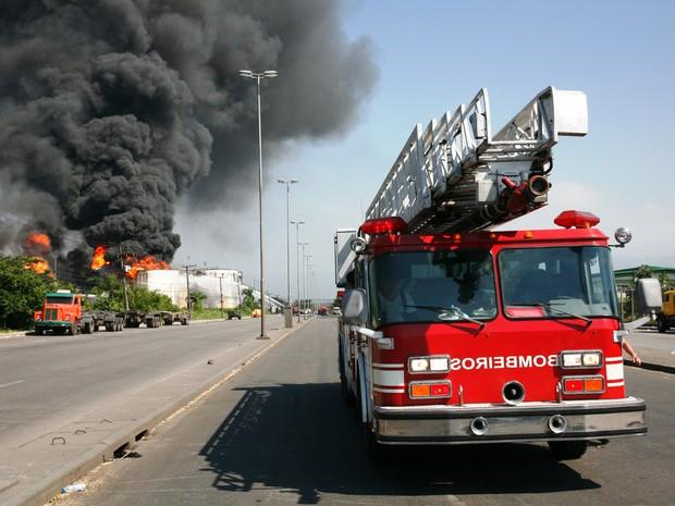 Bombeiros continuam trabalhos em incêndio na Alemoa (Foto: Sérgio Furtado/G1)