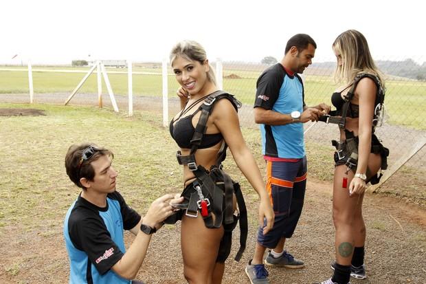 Miss Bumbum preparação salto de paraquedas (Foto: Celso Tavares EGO)