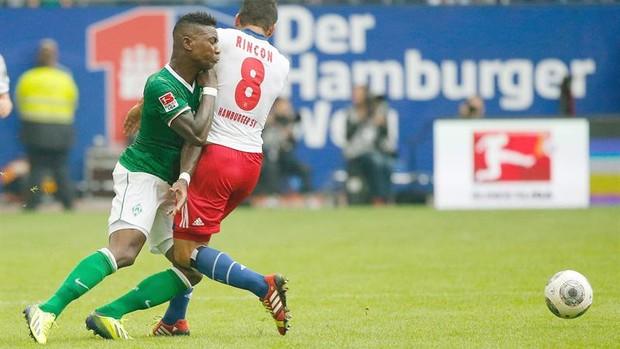 Eljero Elia e Tomas Rincon em Werder Bremen x Hamburgo (Foto: Efe)