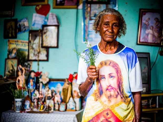Maria das Dores aprendeu a rezar quando era jovem ensinada por outro curandeiro (Foto: Jonathan Lins/G1)