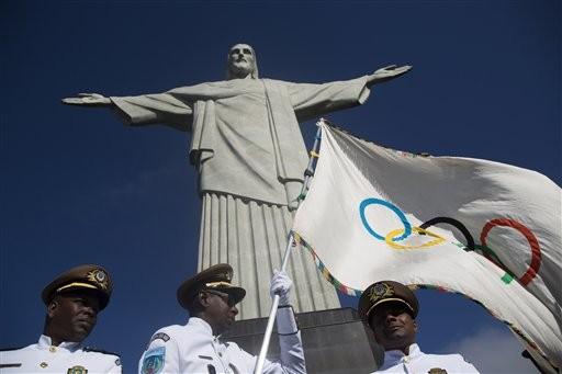 Foto de arquivo mostra a chegada da Bandeira Olímpica ao Cristo Redentor, em 2012 (Foto: Felipe Dana, Arquivo/AP)