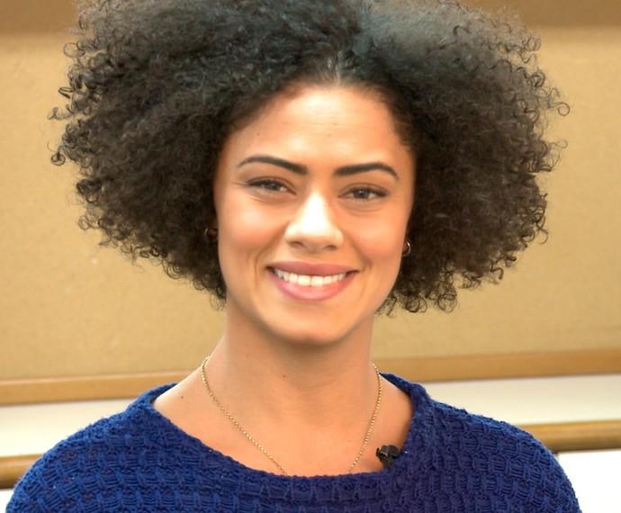 A atriz assumiu o 'Black Power', pois passou a se sentir mais bonita com o visual (Foto: TV Globo)