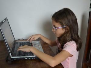 Millene fez uso do computador do pai para escrever o livro em apenas uma semana (Foto: Rogério Aderbal/G1)