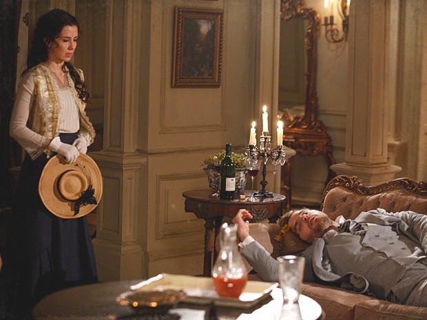 Laura vê o marido esparramado no sofá da ex-amante (Foto: Lado a Lado/TV Globo)