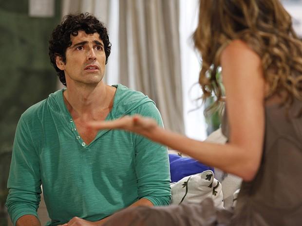 Nando fica arrasado quando ouve más notícias de Vânia (Foto: Guerra dos Sexos / TV Globo)