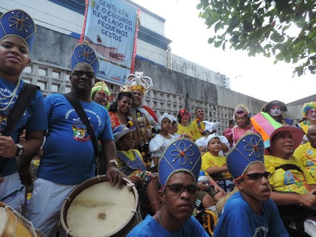 Maracatu da Associação de Pais e Amigos das Pessoas com Deficiência do Banco do Brasil (APABB) animou o desfile (Foto: Thays Estarque/G1)