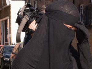 Mulher com niqab chegando a tribunal de Blackfriars, em Londres (Foto: PA)