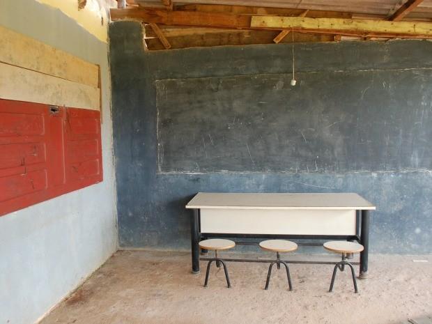 Entre os problemas estão a fiação elétrica exposta e rachaduras nas paredes (Foto: Raphaela Padilha/ Assessoria da AL-MT)