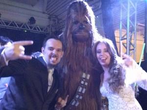 Noivos com Chewbacca, um dos personagens da saga Star Wars em Araraquara (Foto: Ana Carolina Malandrino/ G1)