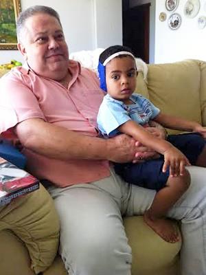 Carlos Eduardo Souza com o filho mais novo, Vinicius, de 2 anos (Foto: Isabella Formiga/G1)