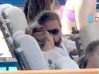 Leonardo DiCaprio troca beijos e passeia coladinho com a namorada