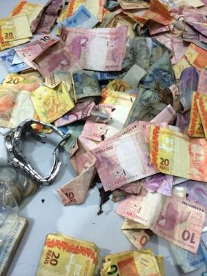 Dinheiro recuperado de assalto a banco em Mirinzal, MA (Foto: Sidney Pereira / TV Mirante)