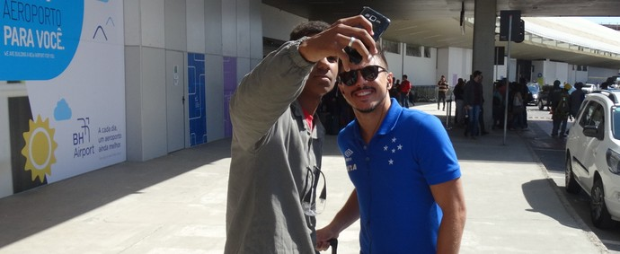 Torcedores aproveitam desembarque para tietar atletas do Cruzeiro (Foto: Maurício Paulucci)