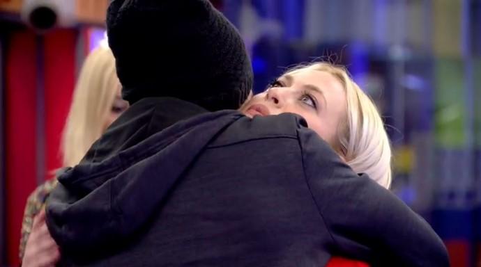 Manoel se despede de Daniela (Foto: Telecinco)