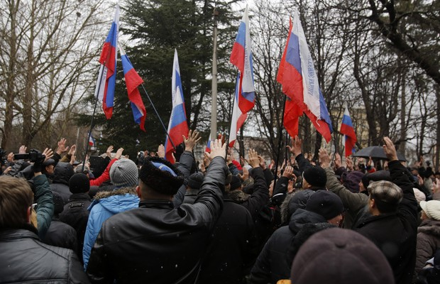 Manifestantes da região da Criméia protestam em frente à sede do Parlamento regional contra o governo interino da Ucrânia.  Eles defendem aproximação com a Rússia (Foto: AP Photo/Darko Vojinovic)