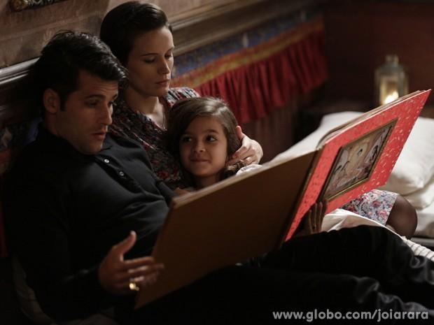 Danadinha! Pérola arma para pai e mãe ficarem juntos no quarto com ela (Foto: Fábio Rocha/TV Globo)