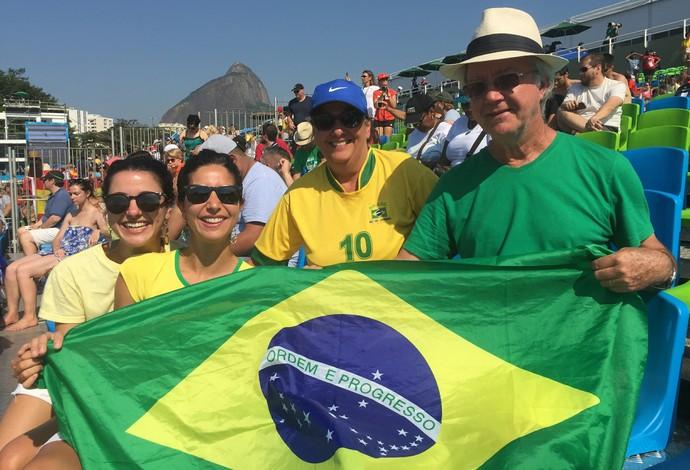 Carolina e Marina com seus pais no Estádio da Lagoa (Foto: Gabriel Fricke)