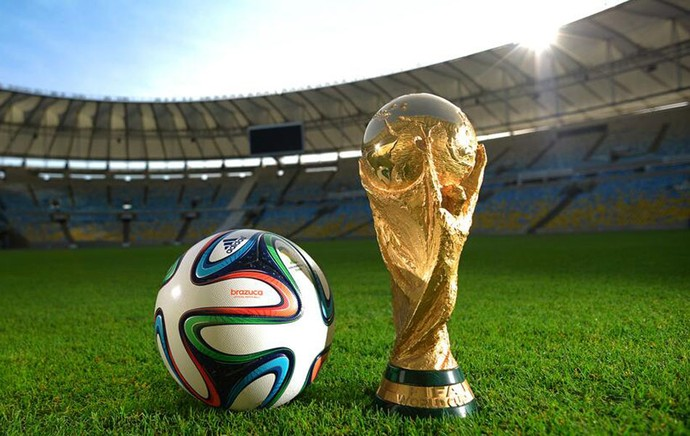 Brazuca e a taça da Copa no Maracana (Foto: Divulgação / Fifa.com)