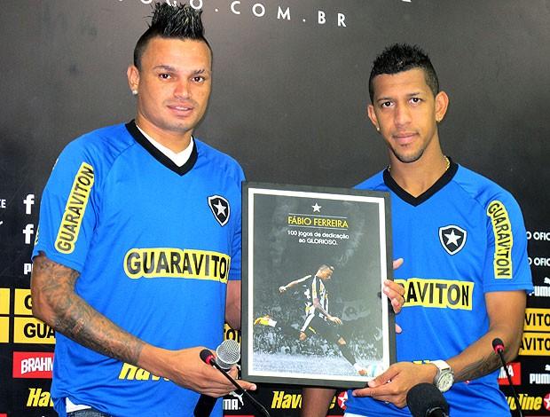 Fábio Ferreira recebe placa de Antônio Carlos Botafogo  (Foto: André Casado / Globoesporte.com)