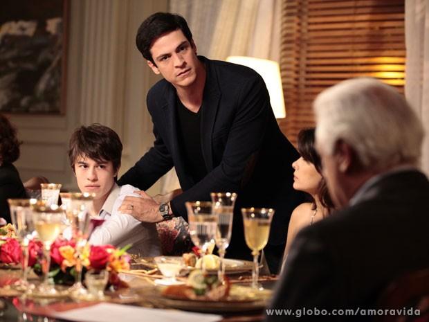 Félix indignado porque o filho que ele aprendeu a amar, não é dele (Foto: Pedro Curi/TV Globo)