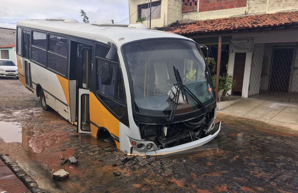 Micro-ônibus afundou em buraco aberto no meio da rua, em Natal (Foto: Gilvandro Valentim)