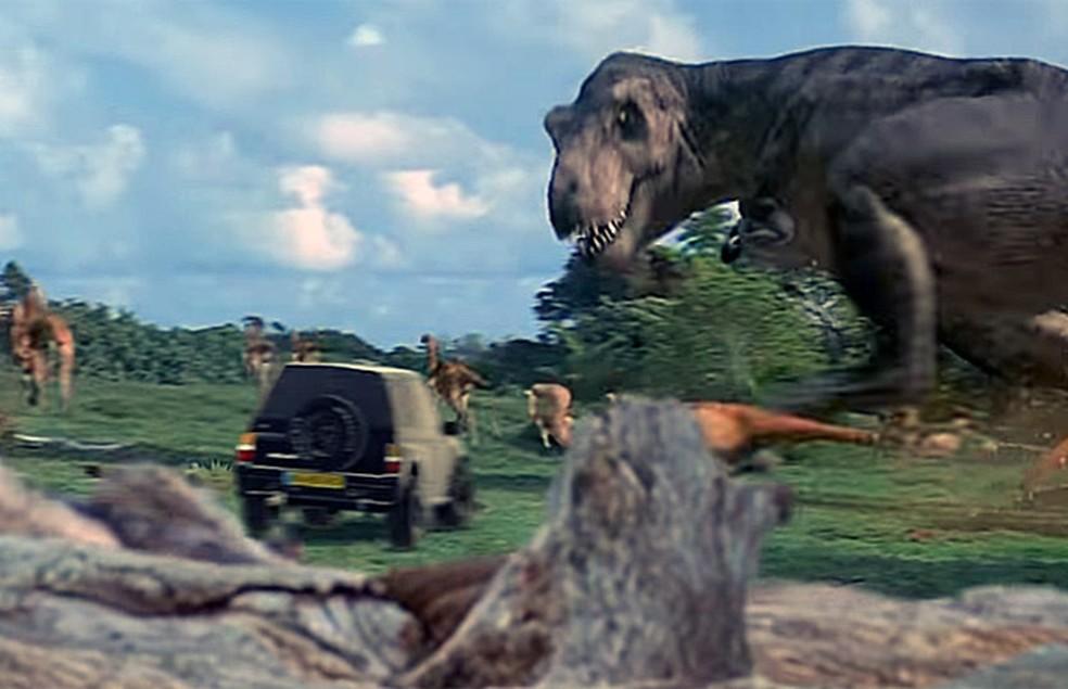 Suzuki Vitara escapa até de dinossauros no anúncio (Foto: Reprodução/YouTube/Eugene Romanovsky)