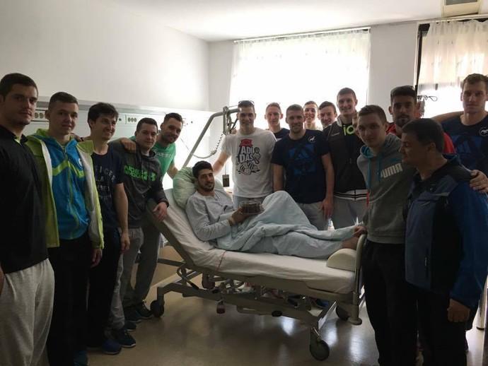 Arthur Patrianova no hospital, um dia depois da cirurgia, comemorando seu aniversário (Foto: Reprodução/Facebook)