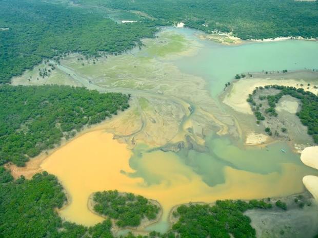 Imagens aéreas mostram a degradação ambiental no lago (Foto: Erik Jennings)
