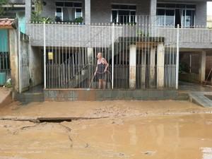 Moradores tiveram que retirar a lama que ficou nas ruas do bairro Nova Esperança apóa a chuva (Foto: Ádison Ramos/TV Rio Sul)