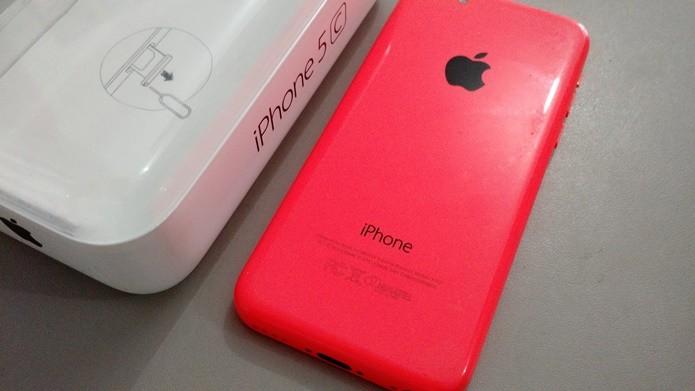 O iPhone 5C foi lançado nas cores branca, rosa, azul, verde e amarelo (Foto: Felipe Alencar/TechTudo)
