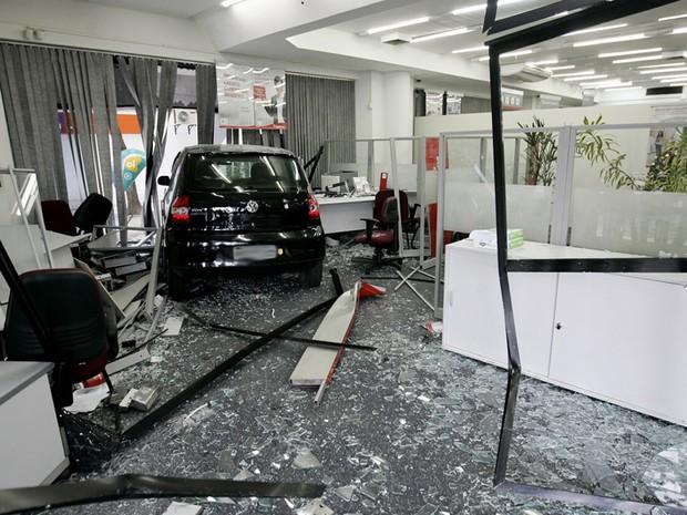 Carro desgovernado invade agência bancária no Centro (Foto: Fábio Gonçalves/Agência O Dia/Estadão Conteúdo)
