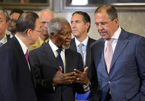 Kofi Annan Kofi Annan (centro) conversa com chanceler russo, Sergei Lavrov (direita), e  o secretário-geral da ONU, Ban Ki-moon. (Foto: Fabrice Coffrini/AFP)