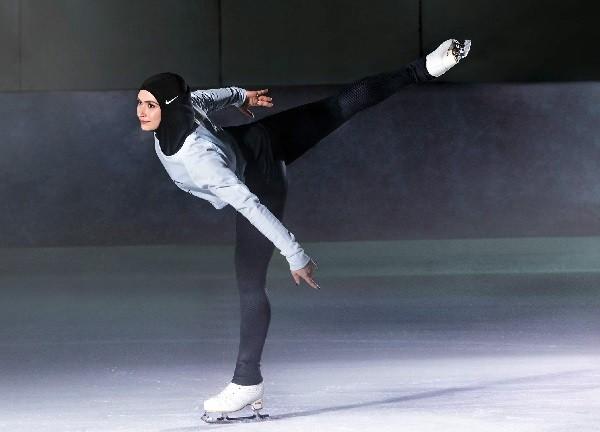 Zahra Lari com o novo véu da Nike