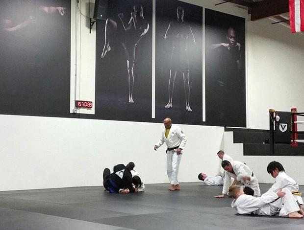 Anderson Silva usando kimono y enseña jiu-jitsu en su academia en los EE.UU.