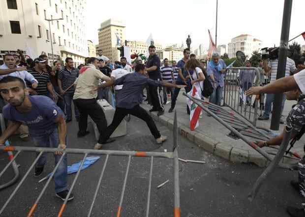 Manifestantes brigam com forças de segurança durante protesto em Beirute, no Líbano (Foto: Jamal Saidi/Reuters)