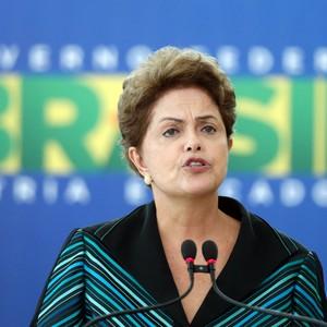A presidente Dilma Rousseff durante a posse do novo ministro da educação, Janine Ribeiro. Segundo ela, sua campanha não usou dinheiro de suborno (Foto: AP Photo/Eraldo Peres)