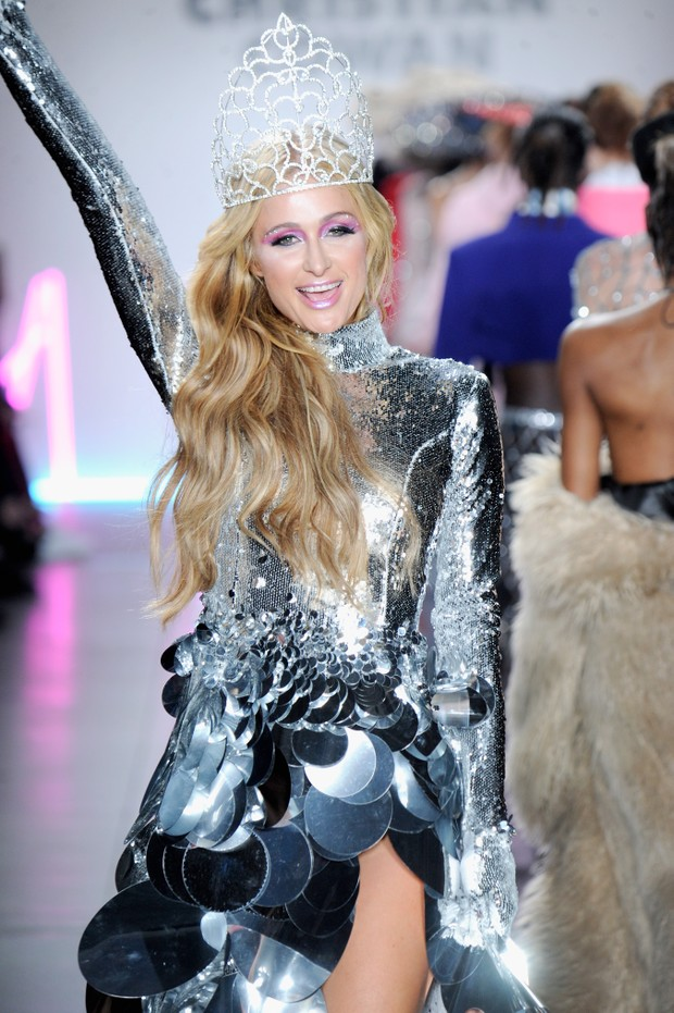 Paris Hilton desfila em Nova York, nos Estados Unidos (Foto: Arun Nevader/ Getty Images/ AFP)