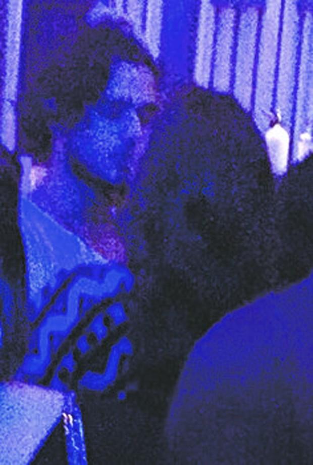 fotos da atriz Bruna Marquezine trocando beijos com Marlon Teixeira.