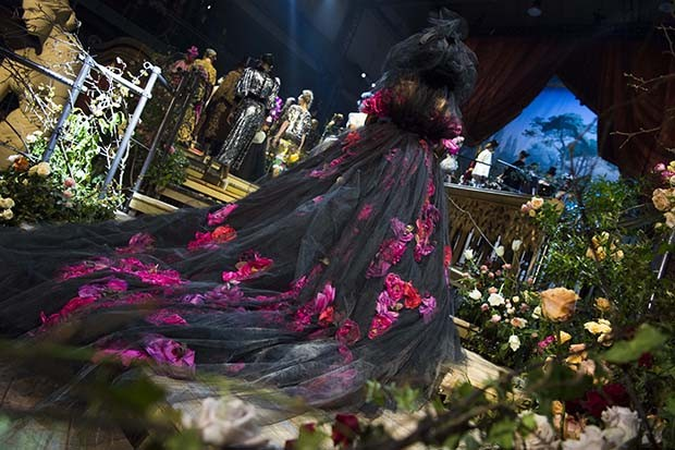 The show-stopping rose-embellished train (Foto: DOLCE & GABBANA)