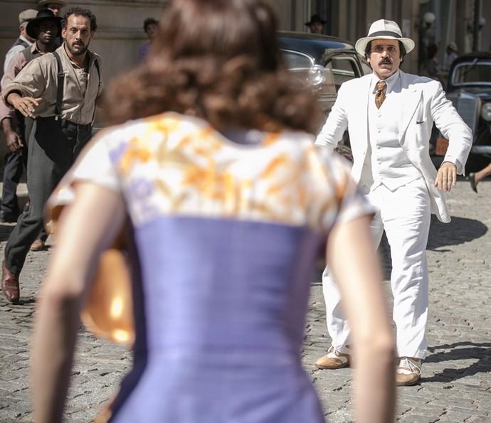 Ernesto tenta evitar que Clarice fuja (Foto: Raphael Dias/Gshow)