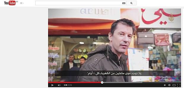 Vídeo mostra refém John Cantlie andando pelas ruas  (Foto: Reprodução/YouTube)